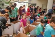 ילדי-בית-ספר-תמיר-מסייעים-בהכנת-מארזי-החג-למשפחות-החיילים-2